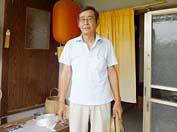 「よしっハウスへ行こうか!」と出てきた川上さんは麦わら帽子を片手に。