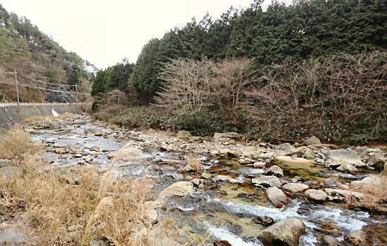 近くには水が透き通った川が流れていました