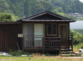 土地に付属されていた作業小屋。 お風呂は追加で建て増しをされ 漆原さんの居住スペースになっています。