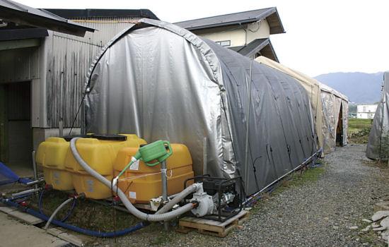 農業道具がテントの中にたくさんありました