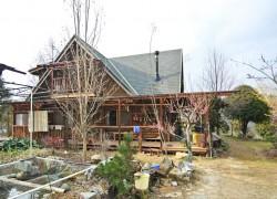 高台に建つウッドハウス