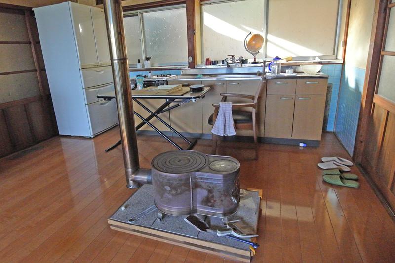 薪ストーブ付きの台所