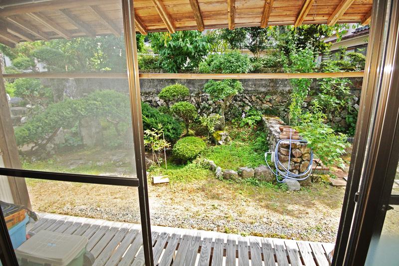 広縁から見える庭園