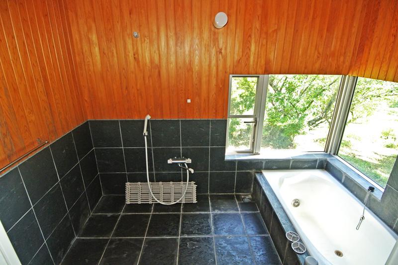 自然に囲まれた浴室