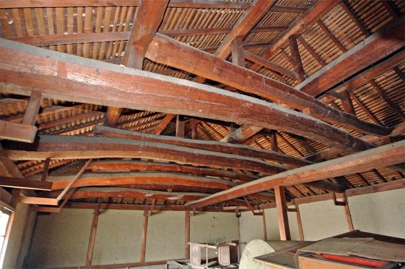 屋根裏の梁