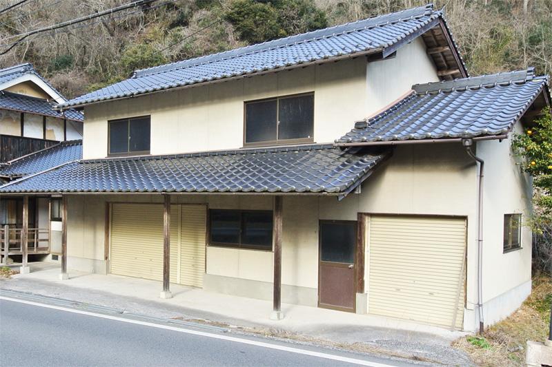 家屋横の納屋