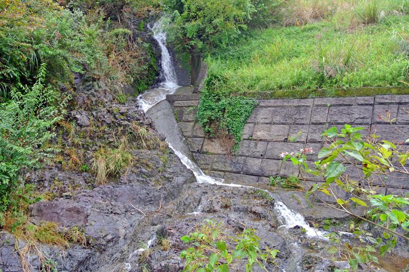 敷地の傍を流れる滝
