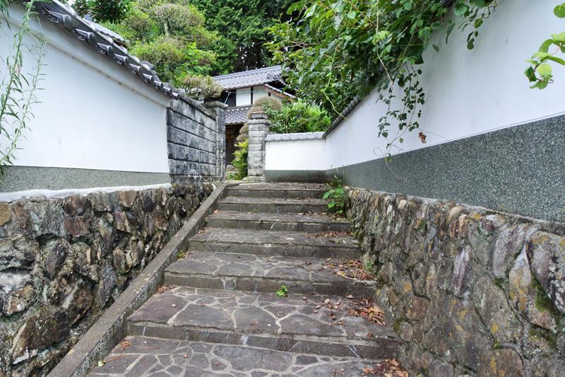 白塀の石段