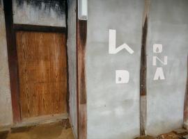 痛んでいた土壁の部分を上から塗り直して、 「hONDA(本田)」と名前を刻んでいます。