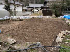 農地に石がたくさん埋まっていたので、すべて手作業で掘り、時間をかけて開墾していきました。 これから暖かい季節になるので 野菜など植えて実るのを楽しみ待っています。