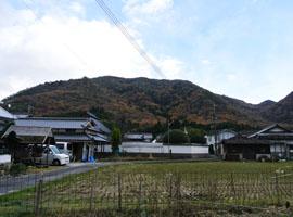 山に囲まれ、近くには八塔寺川が流れ 自然豊かなところ