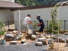 岩をひとつずつ積んでいきます 完成すれば岩の上から水が流れる演出も
