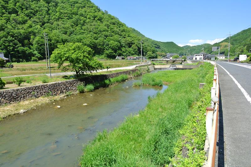 物件近くを流れる通谷川