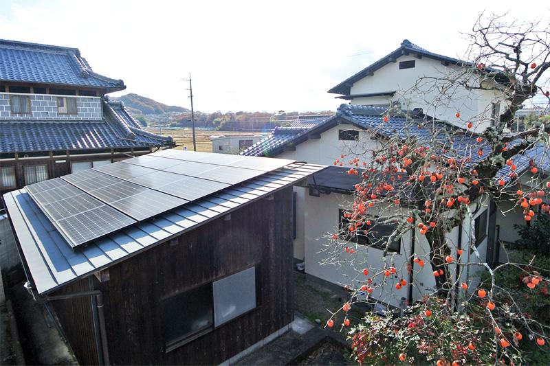 倉庫の上に設置された太陽光パネル