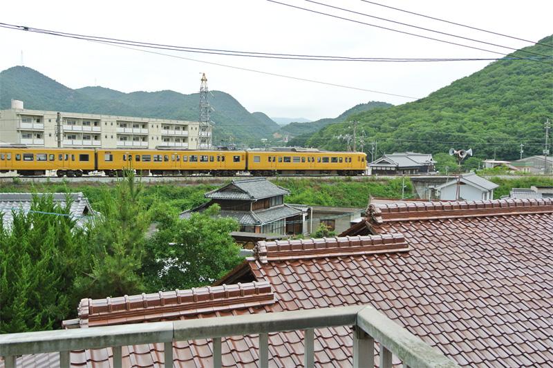 遠くに電車が走るのどかな風景