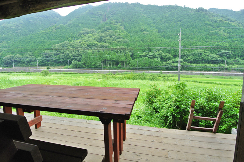 納屋のウッドデッキからは、田園風景や遠く走る電車の姿を望むことができます