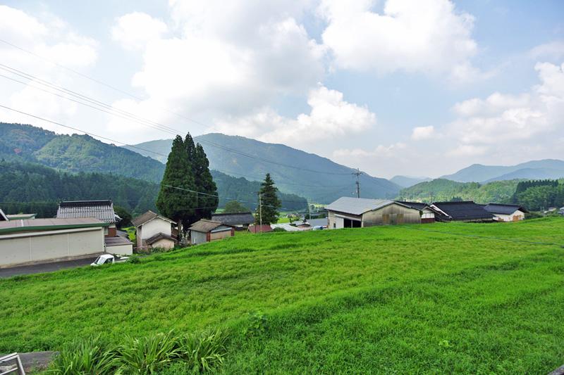 敷地から望む、地続き農地と里山風景