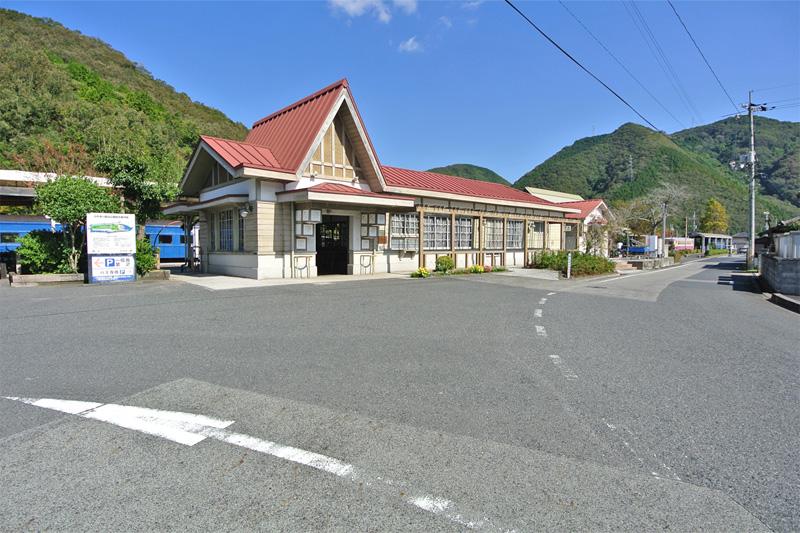 とんがり屋根が特徴的な吉ケ原駅舎