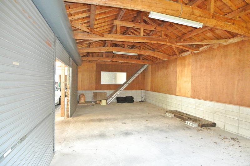 梁が美しい瓦葺の車庫・内部