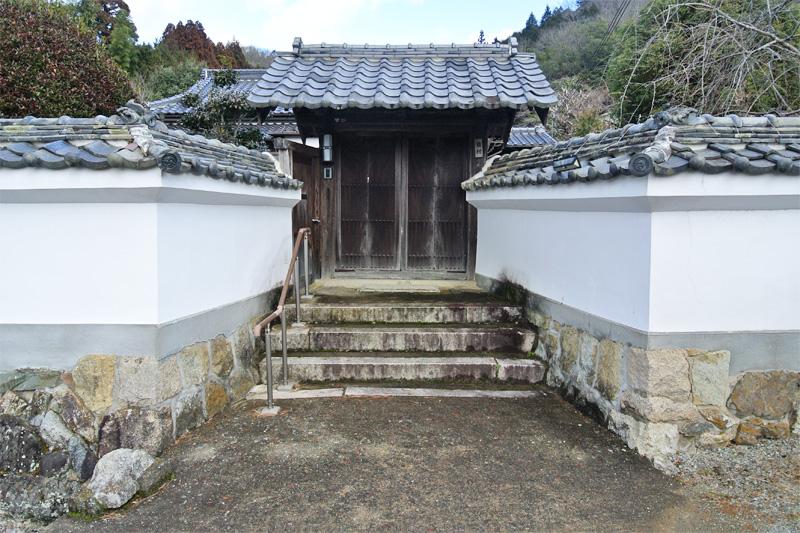 白壁と和風門扉