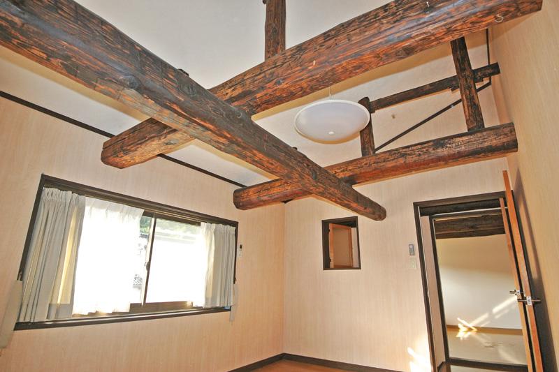 2階洋室の立派な梁