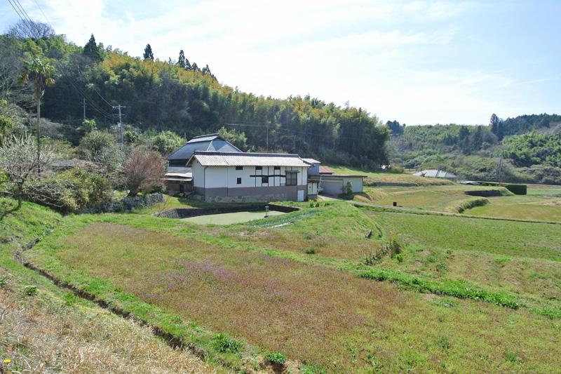 家屋と、その周囲に広がる付属農地